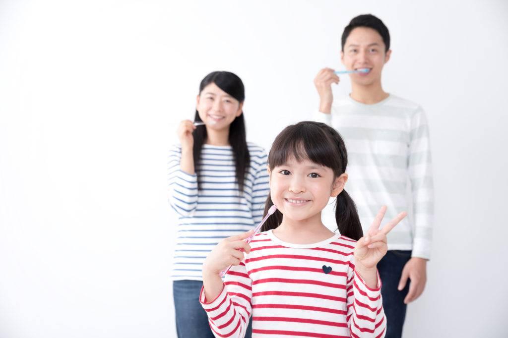 正しい歯磨きを実践する家族のイメージ写真