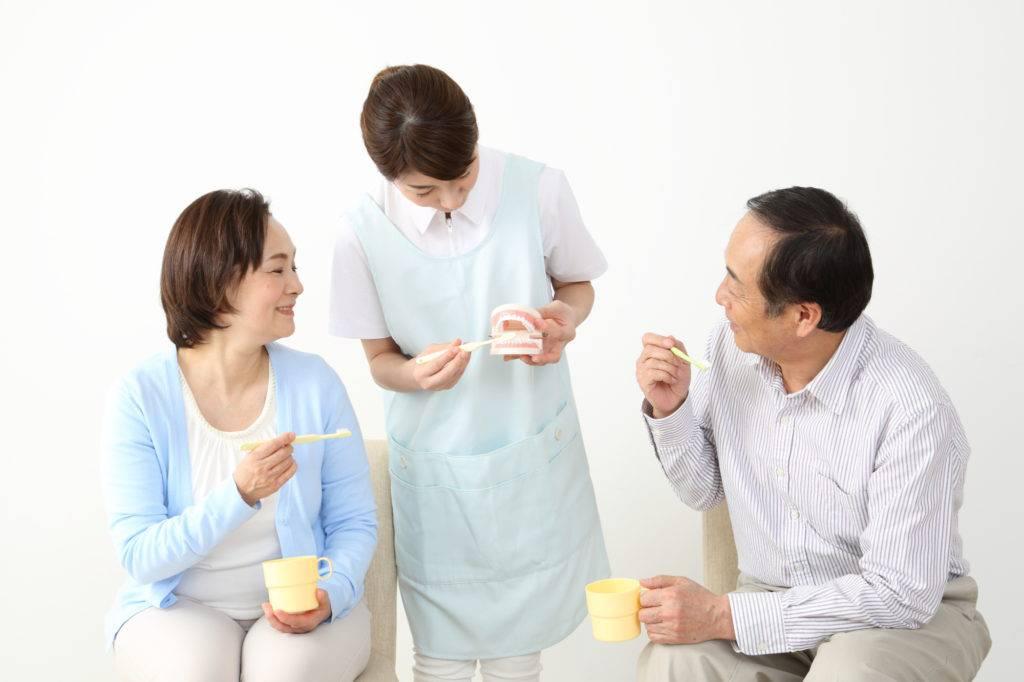 歯と口の健康週間のイベントに参加する夫婦のイメージ写真