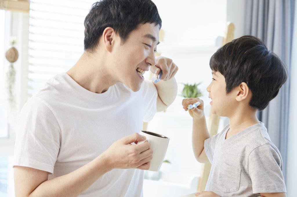 歯磨きをする父親と子ども